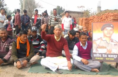 शहीद के गांव में धरना प्रदर्शन कर हरीश पनेरू ने सरकार को याद दिलाई घोषणाएं…दिया 21 दिन का समय