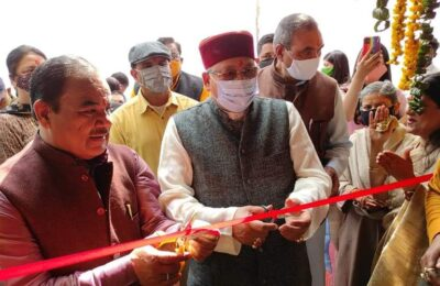 उत्तराखंड के पर्यटन मंत्री सतपाल महाराज और वन मंत्री हरक सिंह रावत ने देहरादून में किया खादी हाट का उद्घाटन