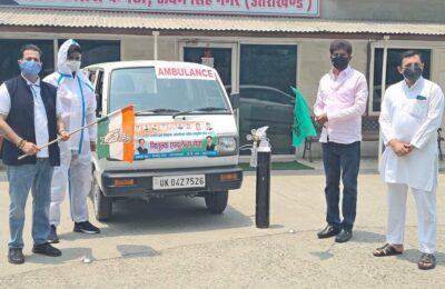 कांग्रेस जिलाध्यक्ष हिमांशु गाबा और वरिष्ठ कांग्रेसी नेता सीपी शर्मा ने हरी झंडी दिखाकर एम्बुलेंस को किया रवाना … मरीजों के लिए होगी निशुल्क व्यवस्था…
