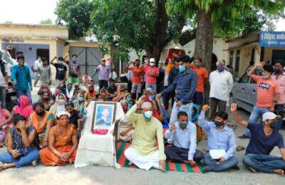 शहीद के सम्मान में की गई सरकारी घोषणाएं नहीं पूरी होने से शहीद के परिजनों के साथ पनेरू ने किच्छा तहसील में किया धरना प्रदर्शन