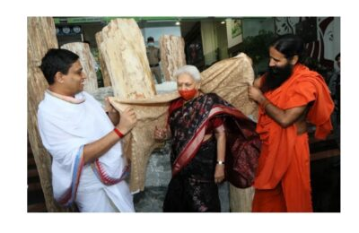 उत्तर प्रदेश की राज्यपाल आनंदीबेन पटेल पहुंची पतंजलि योगपीठ हरिद्वार, स्वामी रामदेव और आचार्य बालकृष्ण ने किया स्वागत